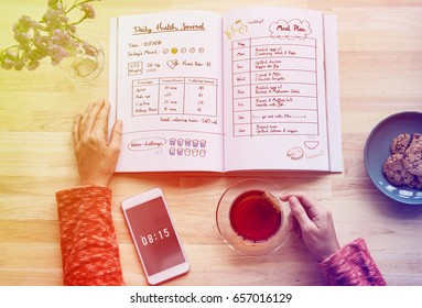 Woman diet plan on the Notebook for healthy challenge