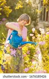 Frauen graben die Betten in der Hütte und Pflanzen