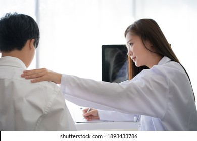 Woman doctor was explaining to the patient and she encouraged the examinations and X-rays.