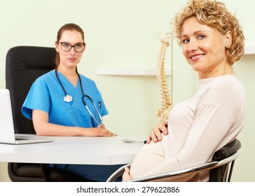 Woman doctor with a patient in treatment.