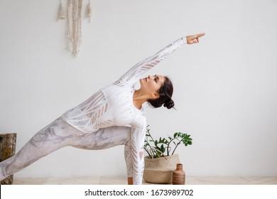 Frauen machen zu Hause Yoga.