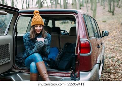 Frauen trinken im Geländefahrzeug.