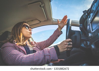 Título	 Woman driving screaming stressed in traffic. Girl cursing and screaming at the transit drivers from inside the car passing through stress and hatred