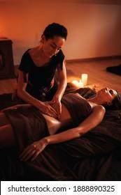 Frauen, die sich entspannende Rückenmassage im Wellnessbereich Kosmetologie gönnen. Körperpflege, Hautpflege, Wellness, Wohlbefinden, Schönheitsbehandlungen.