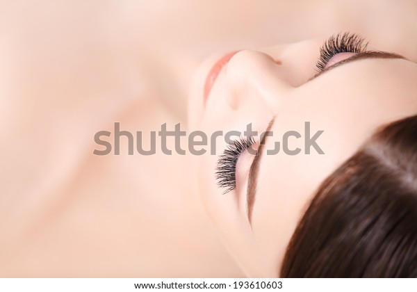まつげの長い女性の目。まつげエクステンション