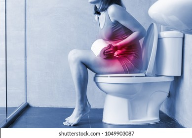 woman feel pain with constipation in wc