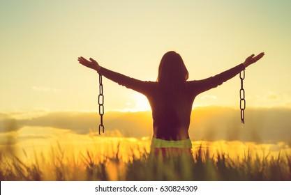 Las mujeres se sienten libres en un hermoso entorno natural.