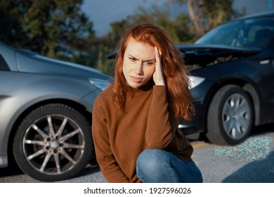 Frauen fühlen nach einem gefährlichen Autounfall Schmerzen