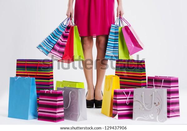Mujer Compras Stock Foto Llenas Sobre De Con Bolsas H2WDYE9Ieb