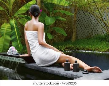 Frauen erhalten Wellnessbehandlungen im tropischen Resort
