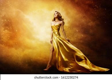 Frauen in goldener Kleidung mit Blick auf Raumstationen, schönes Modemodell auf Golden Night Sky