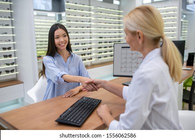 Woman greeting her ophthalmologist before visual control