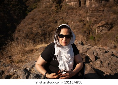 Woman guide who verifies location in the mountain in the chasm of the great hill of the speaker in a state of Mexico