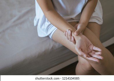 Woman hand checking her pulse with fingers in wrist