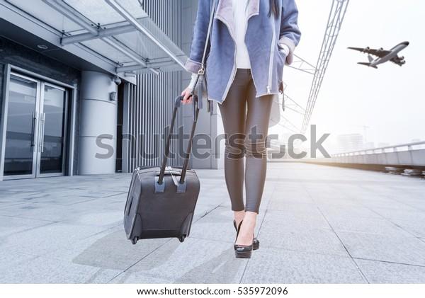 空港に手荷物を持つ女性