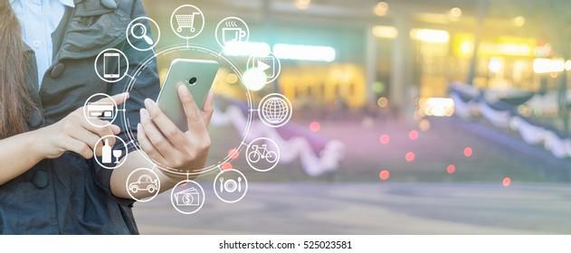 Frauen Hand mit Smartphone und Icon Web, Shopping via Smartphone.