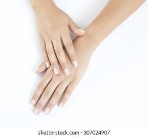 Frau mit schönen Fingernägeln auf weißem Hintergrund