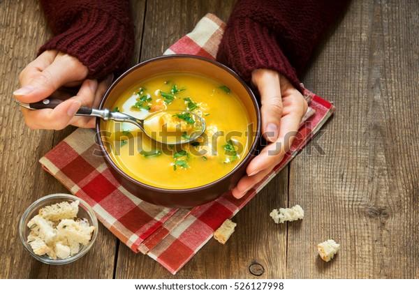 木の背景に鉢に入った野菜スープとパセリとクルートン – 健康な冬のベジタリアン用食品