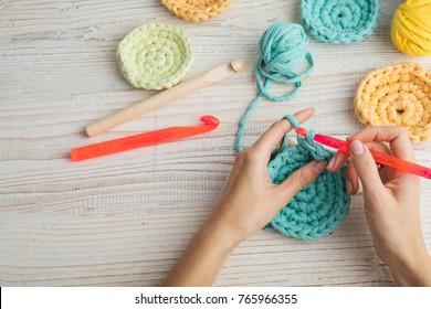 manos de mujer tejiendo crochet. hobby hace cosas.  Vista superior. Composición horizontal