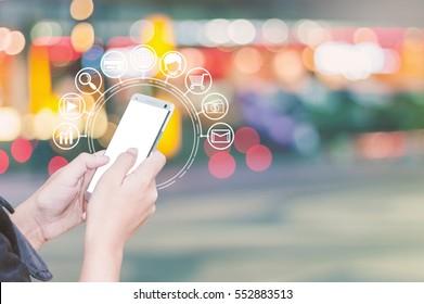 Frauen Hände mit Smartphone und Icon Web, Shopping über Smartphones.