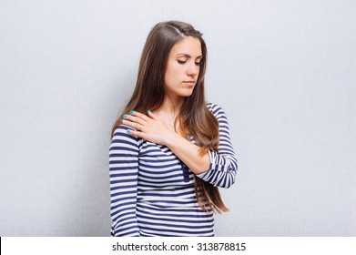 woman has a pain in her shoulder
