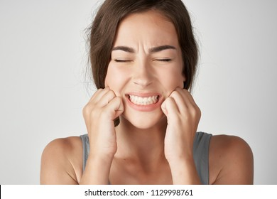 a woman has toothaches