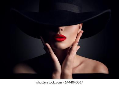 Frauenhut und Lippen, elegantes Modemodell Retro Beauty Porträt auf Schwarz