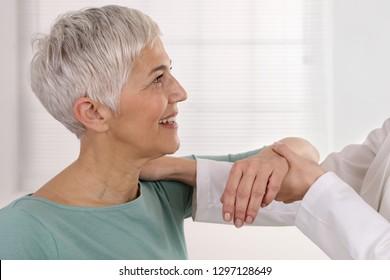 Frauen mit chiropraktischer Rückenanpassung. Osteopathie, Physiotherapie, Rehabilitationskonzept für Sportverletzungen, ganzheitliche Pflege