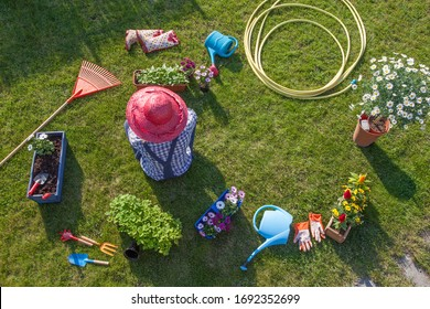 Frau, die während der Gartenarbeit eine Kaffeepause macht