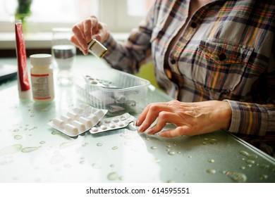 Die Frau mit rheumatoider Arthritis nimmt Medikamente. Die Hände sind deformiert.