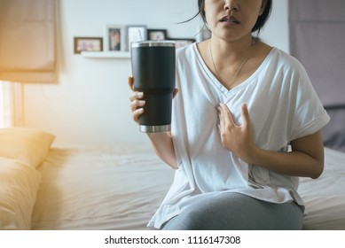 Woman having or symptomatic reflux acids,Gastroesophageal reflux disease,Because the esophageal sphincter that separates the esophagus and stomach dysfunction