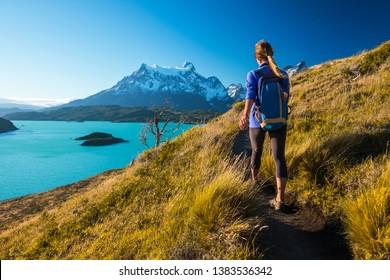 Woman Wanderer wandert auf dem Wanderweg im Torres del Paine Nationalpark. Chile