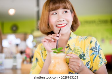 woman hold melon smoothie in a glass