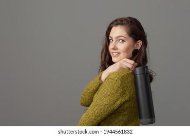 Frau, die eine wiederverwendbare, intelligente Wärmflasche mit Getränkemeldung hält, gesundes Lebensstil-Konzept