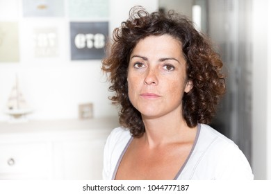 woman at home door in house with curly hairs
