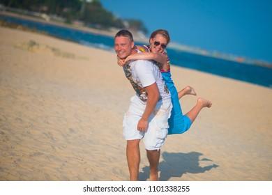 hot younh beach bikini couple pic