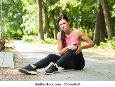 woman with knee pain in a park