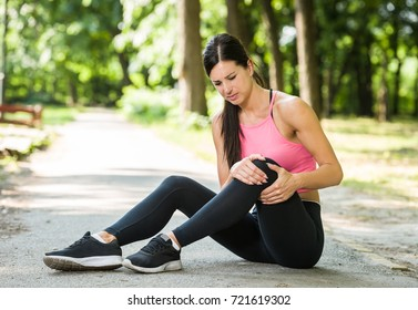 woman knee pain in a park