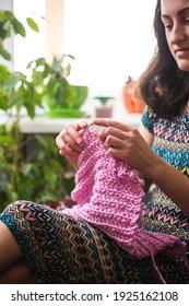 Frau strickt. Wollbekleidung zu Hause. in ihrer Freizeit ist das Mädchen mit einem Hobby verlobt.