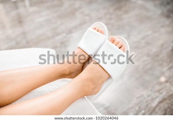 Weibliche Beine in Bademänteln im Kurort