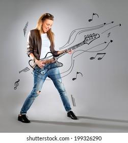 Frau hört Musik auf MP3-Player, tanzt Luftgitarre. Hübsches, glückliches Portrait von Geschäftsfrau einzeln auf weißem Hintergrund in voller Länge.