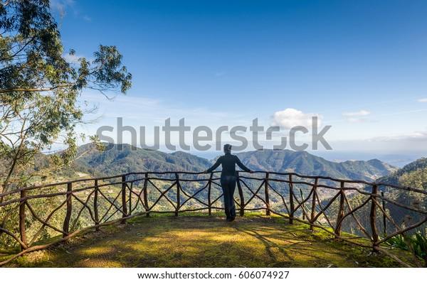 Frauen, die die Bergwelt vom Aussichtspunkt des Santo da Serra-Parks aus betrachten. Madeira, Portugal.