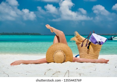 Mujer tirada en la playa. Vacaciones de verano en Maldivas.