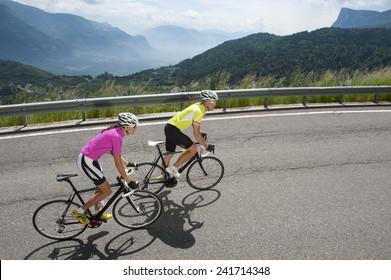 Frau und Mann auf dem Weg mit Straßenrad