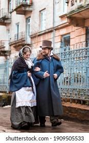 Die Frau und der Mann in Vintage Anzüge. Menschen in Retrokleider. Auf der Straße spazieren
