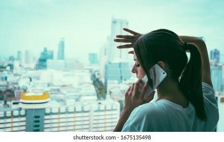 Frau im Bereich der Quarantäne und des Einsperrungskonzepts für Koronavirus. Weltweite Infektionsgefahr Weibliche Anrufe an Notrufdienste, die um Hilfe bitten.