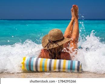 ギリシャのビーチで膨らませることができる女性