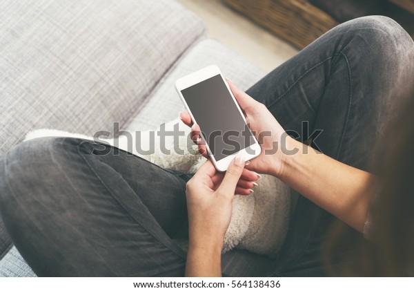 Frau auf Smartphone