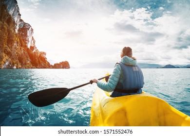 Kayak-Paddel-Kayak-Frauen auf dem See von General Carrera, Patagonien, Chile