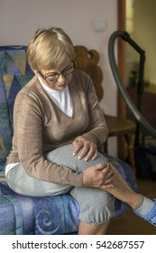 Woman with pain in the knee.